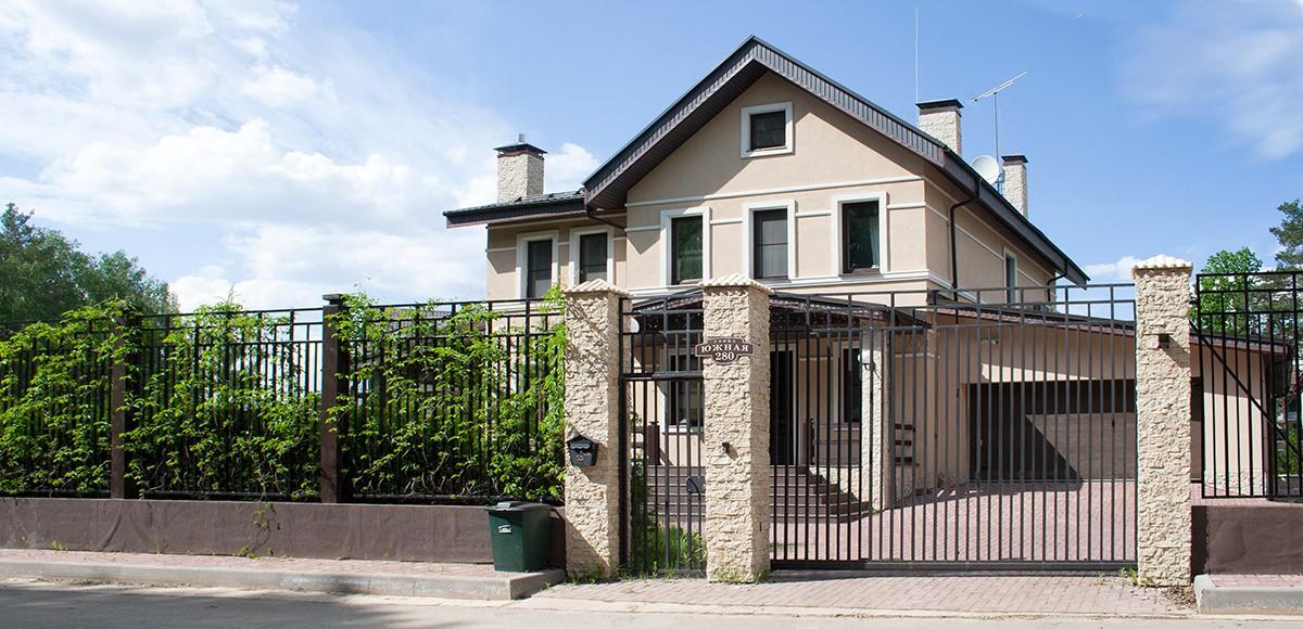 Дизайн фасада в классическом стиле в поселке Family Club