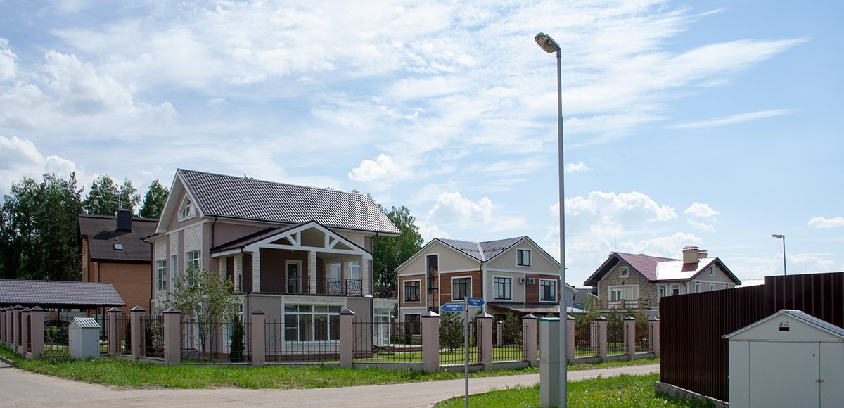 Панорама улицы с жилыми домами в КП Family Club