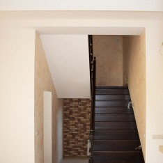 Лестница, ведущая на 2 этаж тауна в Арт Вилладже