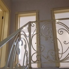 Лестница в коттедже  кп Art Villag